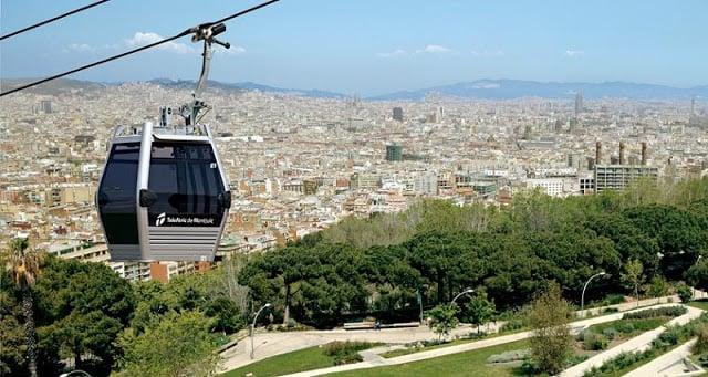 Teleférico pasando por el Castillo de Montjuïc
