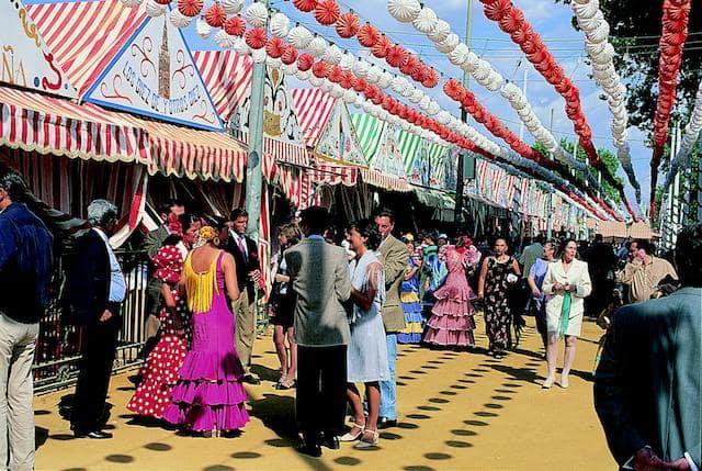 Casetas y pessoas con trajes en la Feria de Sevilla