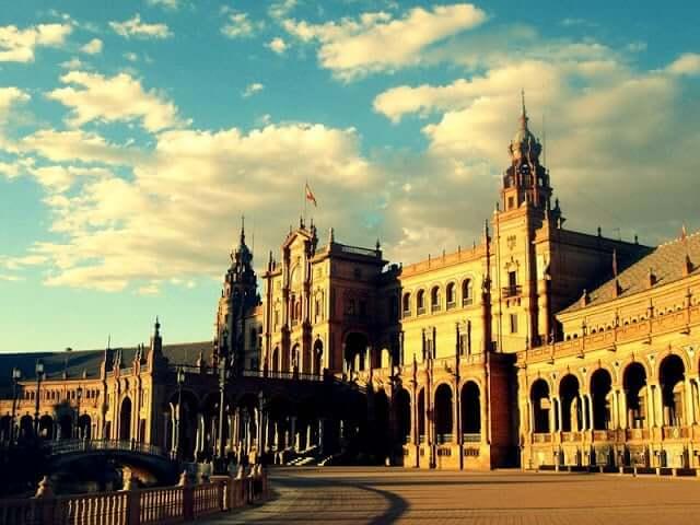 Formato de ''abrazo'' de la Plaza de España