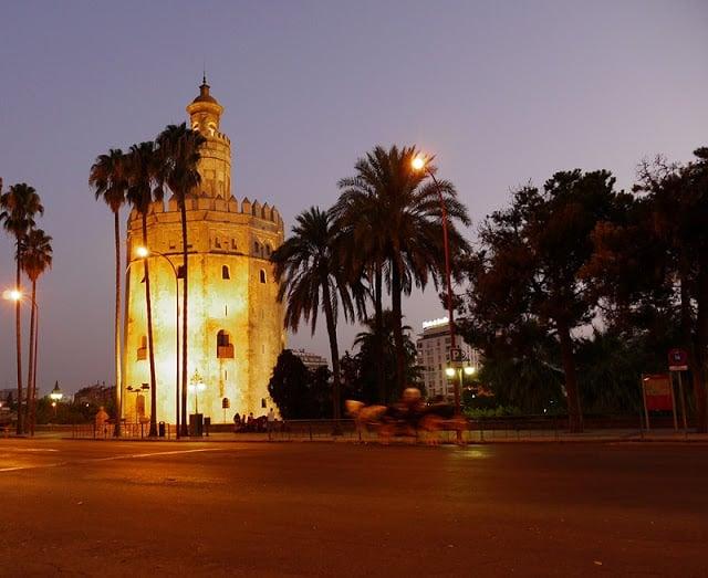 Torre del Oro por la noche