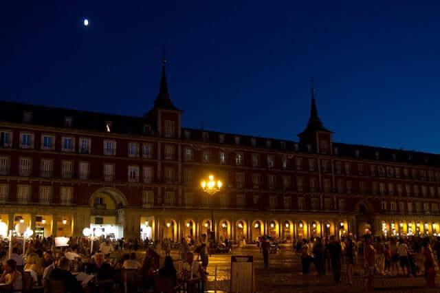 Plaza Mayor en Madrid por la noche