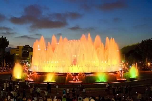 Paseo por el barrio de Montjuic - espectáculo de las fuentes