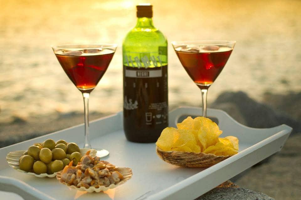 Vermut acompañado con aperitivos